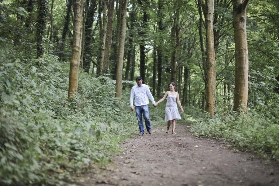 une sance engagement dans les bois en bretagne 01 couple rennes saint - Photographe Mariage Saint Brieuc