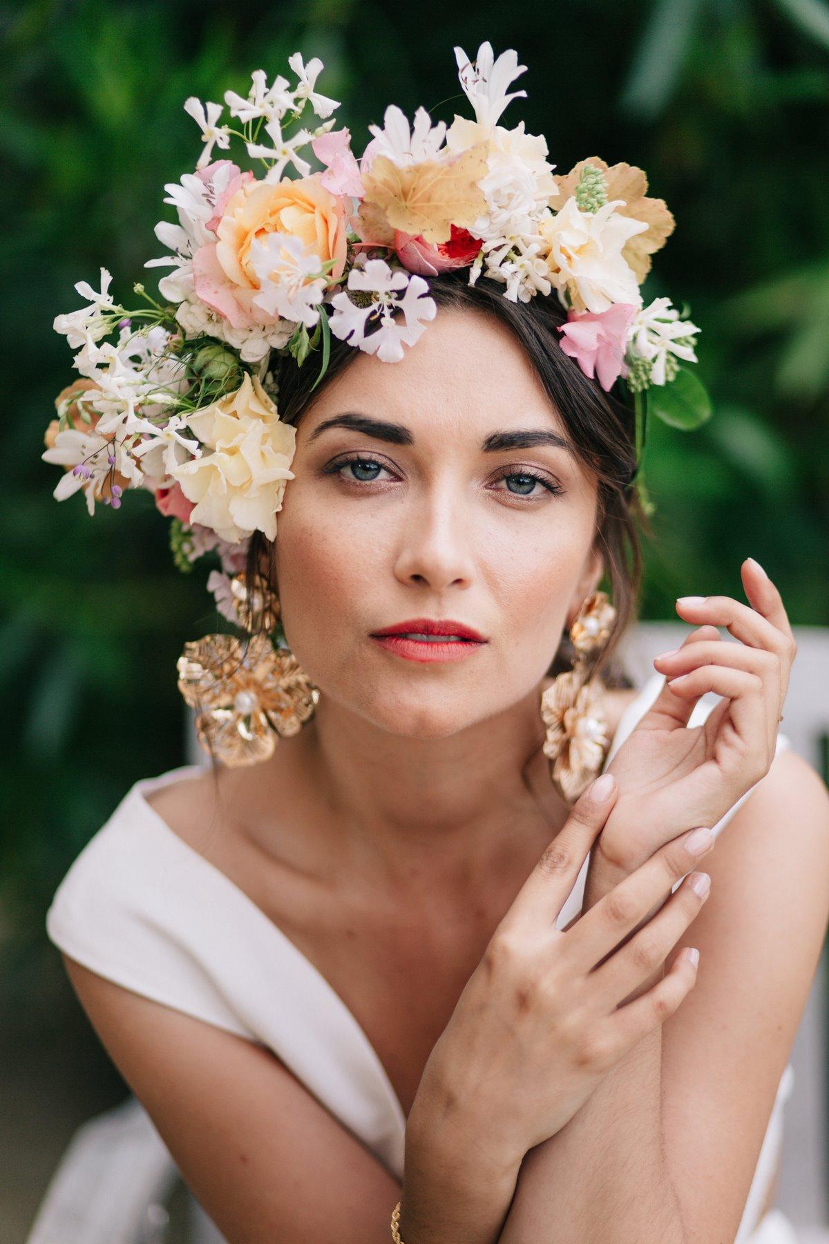 Lendemain de mariage, shooting éditorial mariage, couronne de fleurs, accessoires de cheveux, portrait mode