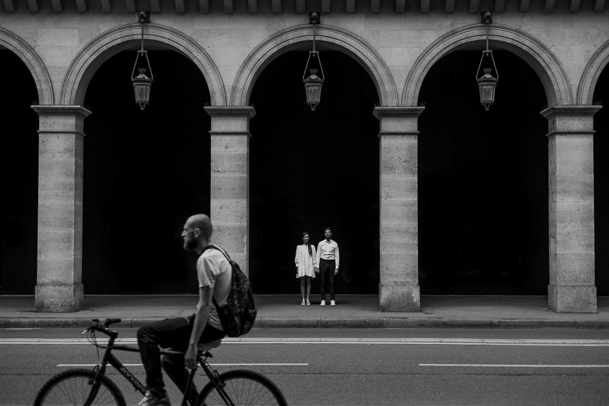019-photographe-seance-engagement-paris-louvre