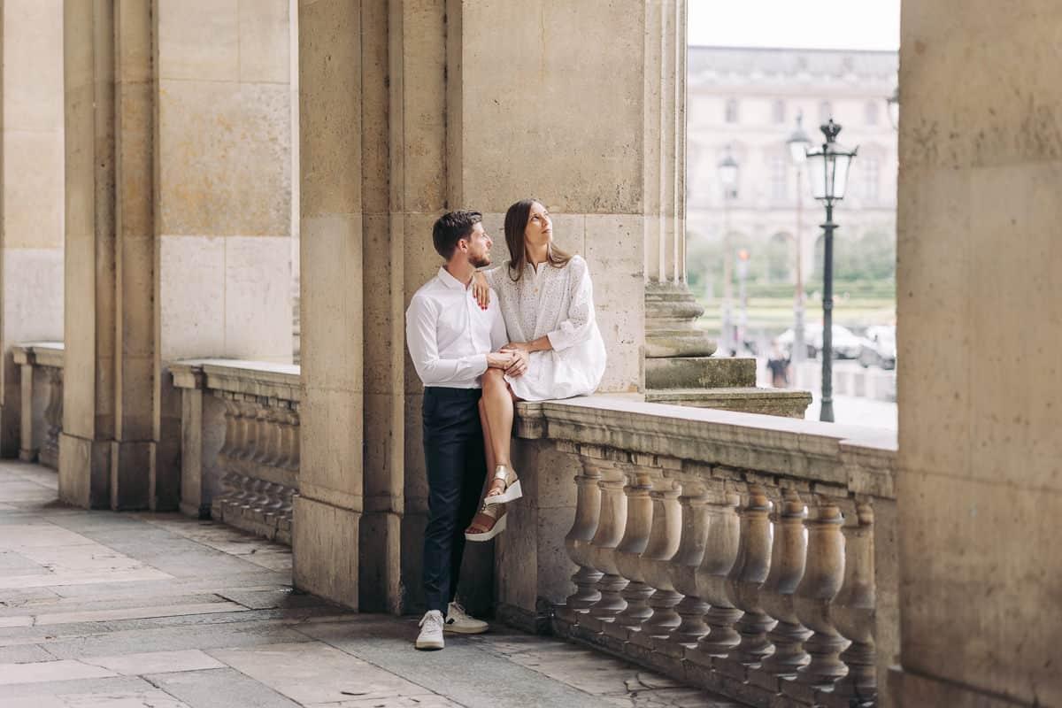 024-photographe-seance-engagement-paris-louvre